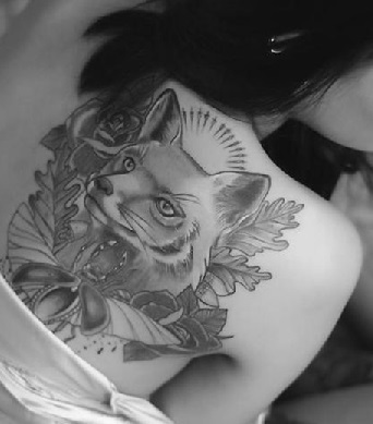 wolf-tattoo-designs-women-back